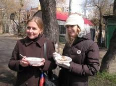 Девушки даже на улице едят гречку, для того чтобы похудеть