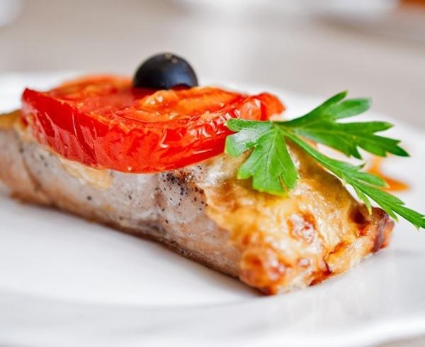 Рыба с помидором