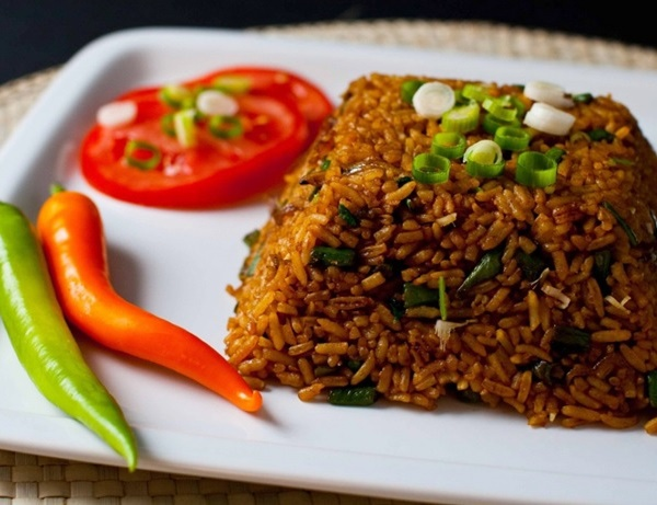 Коричневый рис с помидором