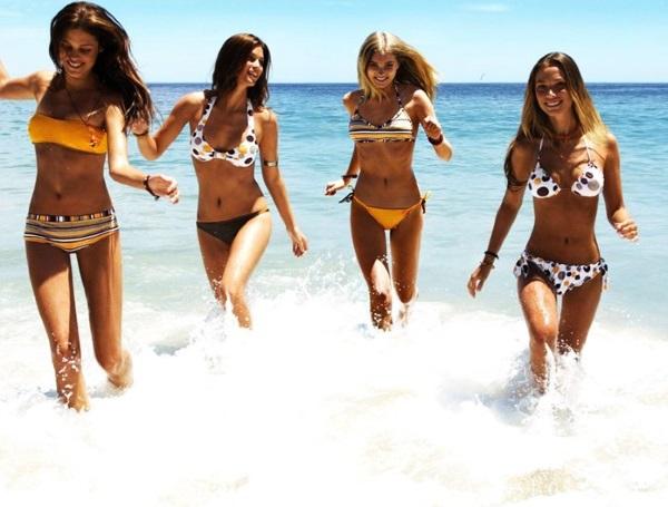 Стройные девушки на море