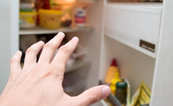 Рука тянется в холодильник