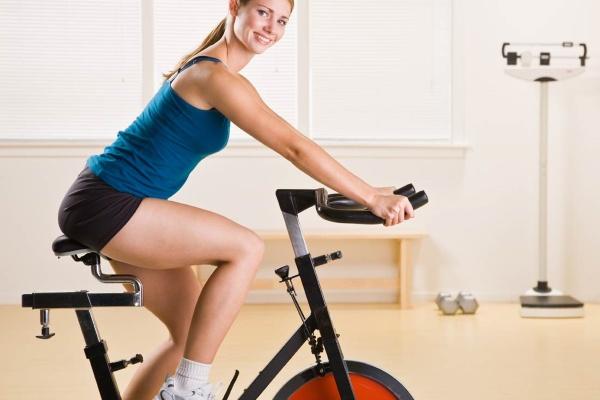 Занятия на велотренажере при похудении