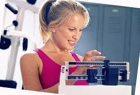 девушка высчитывает свой индеальный вес