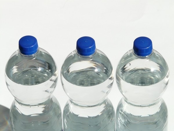 Вода в пластиковых бутыдлках