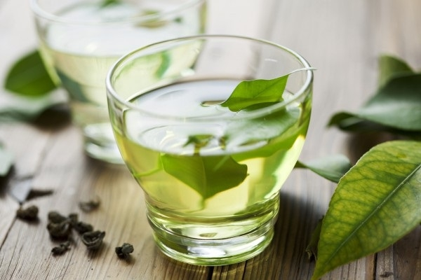 Зелёный чай с листьями