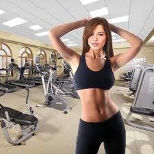 похудение плеч. красивая девушка занимающаяся фитнесом