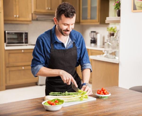 Приготовление салата с сельдереем