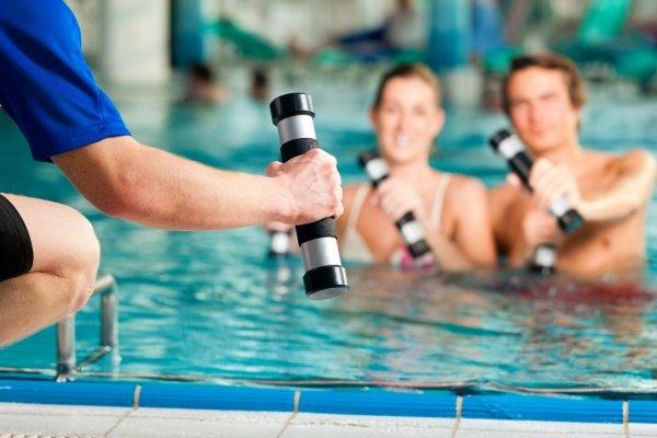 Эффективные упражнения в бассейне для похудения живота, боков и бедер