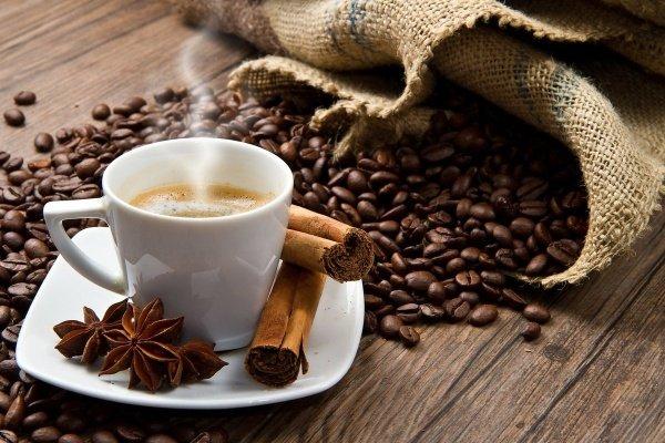Чашка с кофе с корицей